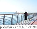 兩名男子看著大海交談 60659199