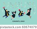在五彩紙屑飛舞的背景下,四個人笑著文憑和花束。 60674079