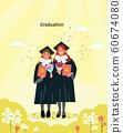 兩名女學生在溫暖的春天陽光明媚的畢業典禮上微笑並拿著花束和文憑。 60674080