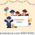 四個孩子穿著畢業禮服,並在一個白色的框架周圍揮舞著雙手。 60674081