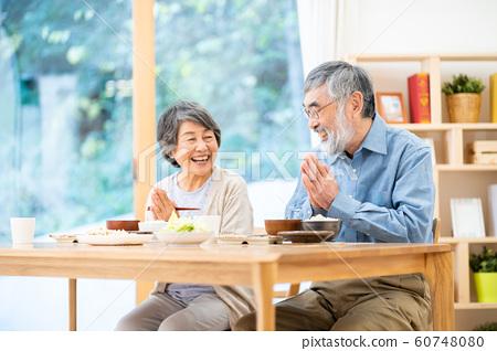 식사를하는 노인 부부 식사 아침 점심 저녁 60748080