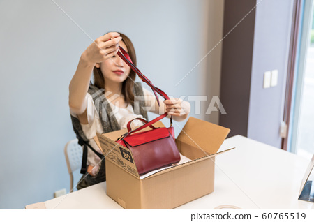 Woman opening a bag 60765519