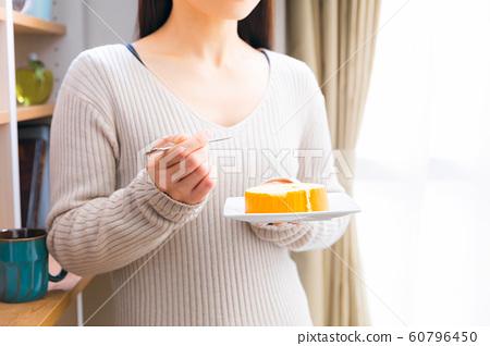 女人吃糖果卷蛋糕 60796450