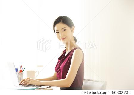 女性商務Deskwork 60802789