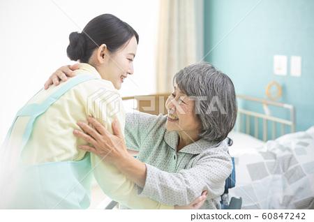 비즈니스 작업 수석 여성 간병인 도우미 개호 시설 데이 서비스 60847242