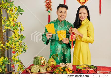 Couple celebrating Tet at home 60949822