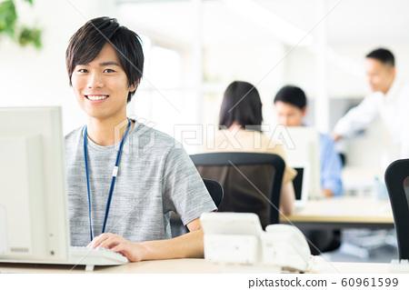 사무실의 젊은 엔지니어 60961599
