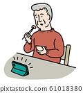 스마트 폰을 보면서 식사하는 수석 남성 61018380