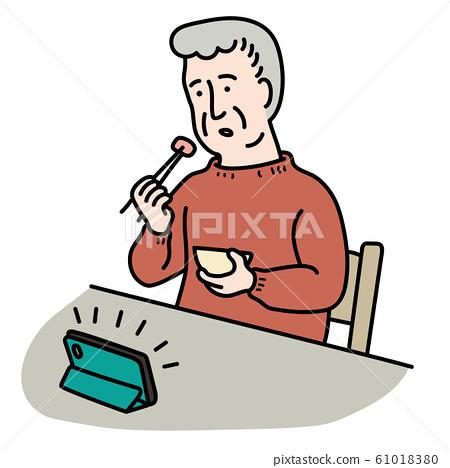 老人一边看智能手机一边吃 61018380