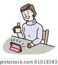 女人看着智能手机,一边喝咖啡 61018383