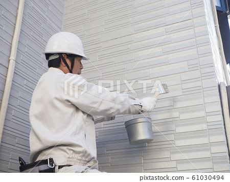 단독 주택의 외벽을 바르는 도장 장인 61030494