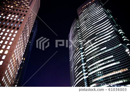 밤에도 일하는 사람이있는 빌딩을 아래에서 바라 보는 61036803
