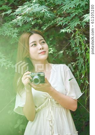 여성 신록 카메라 촬영 61105280