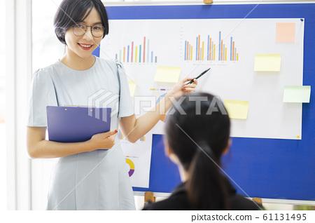 business woman, speech, meeting 61131495
