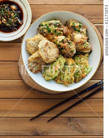 한국의 음식 동그랑땡과 간장 61173853