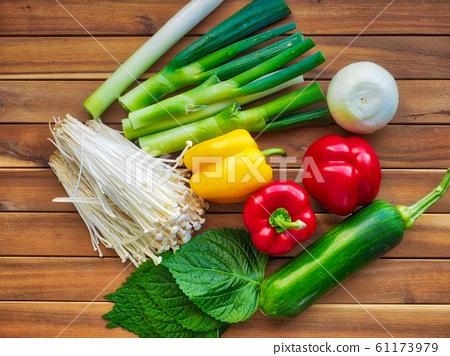 신선한 유기농 채소 ,버섯, 파프리카, 애호박,깻잎,파, 61173979