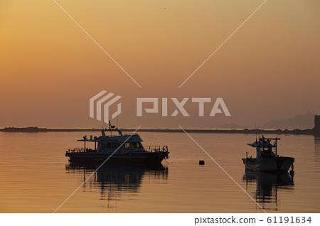 여명의 새벽에 바다에 떠 있는 선박 61191634