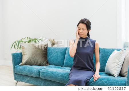 소파에 앉아 여성 61192837