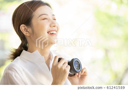 一個女人用相機 61241589
