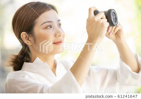 一個女人用相機 61241647