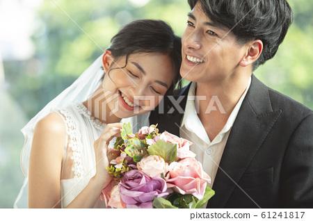 결혼하는 커플 61241817