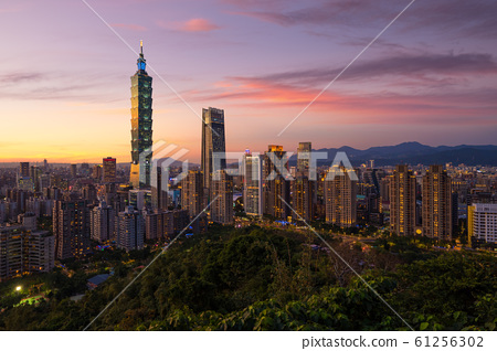 Taipei City skyline view from Elephant Mountain at dawn 61256302