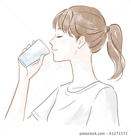 물을 마시는 여성 61271572