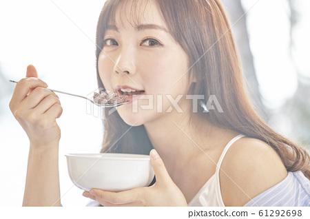 年輕女子,早晨,早餐,早餐,房間,房子 61292698