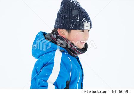 享受冬天的家庭 61360699