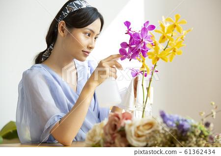 在花上餵水的女人 61362434