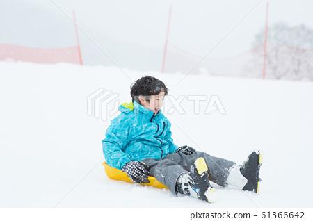 孩子們享受雪橇 61366642