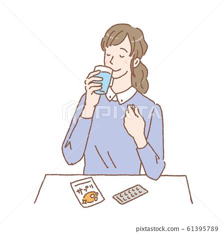 女人喝補品插圖補品 61395789