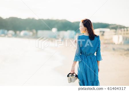 바다에있는 여성 61404317