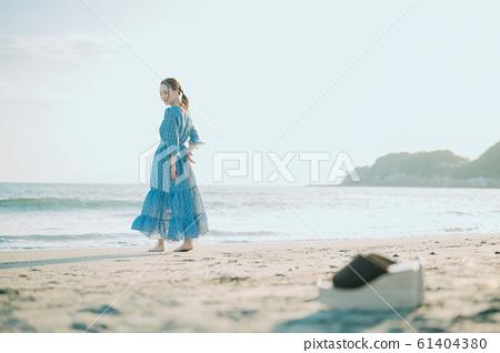 一個女人在海裡 61404380