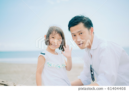 享受海水浴的家庭 61404408