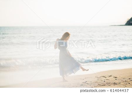 一個女人在海裡 61404437