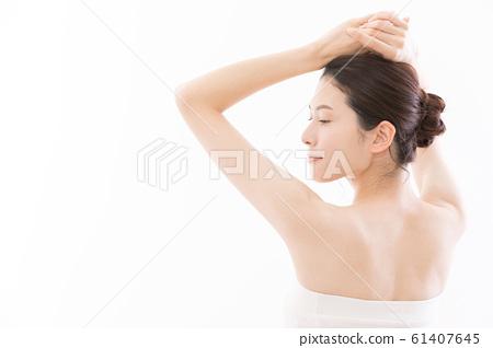 年輕女子美容腋下脫毛脫髮 61407645