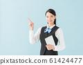平板電腦(藍色背景水平位置)的女人 61424477