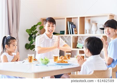 가족 식사 밝은 식탁 61482589