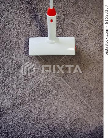카페트와 흰색 청소용품 롤 크리너 61553337
