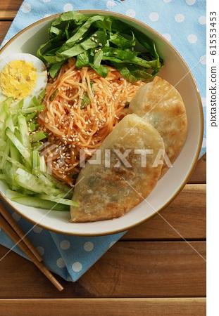 한국의 음식 비빔국수와 만두 61553453
