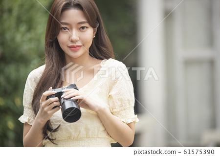 카메라를 가진 여자 61575390