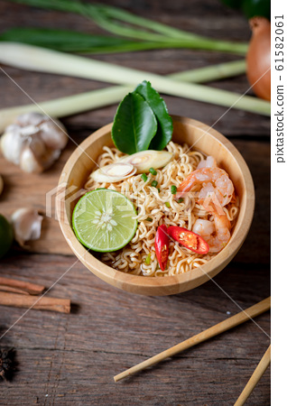Close-up shot Instant noodles with lemon shrimp 61582061