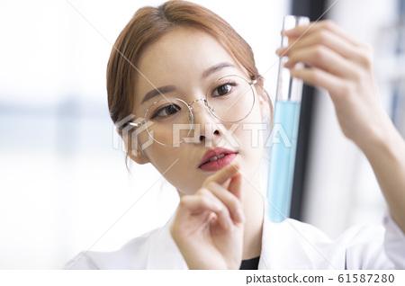 여자 실험 연구원 61587280