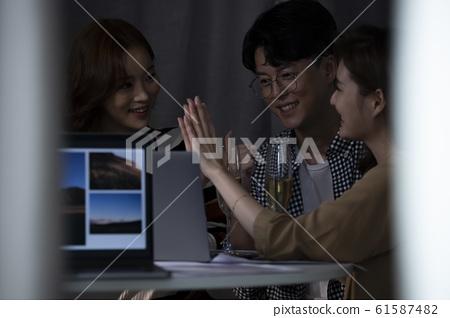 비즈니스 회의 야근 61587482