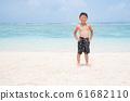 小学男孩在海里玩 61682110