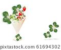 背景材料红色白色绿色草莓与草莓和草莓花朵和叶子装饰在一杯 61694302