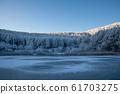 霜冻森林,蓝天和结冰的湖面的冬季风光 61703275
