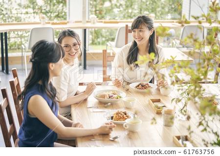 점심 모임을하는 여성 61763756