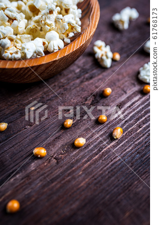 Popcorn in wood dish 61768173